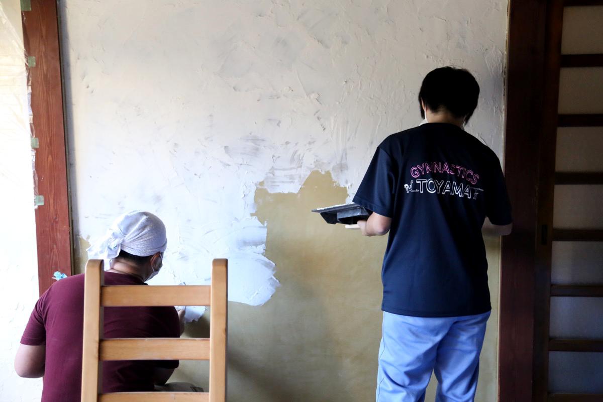 助っ人の漆喰塗り